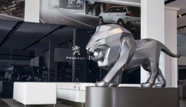 PEUGEOT等比例獅子塑像 聖和汽車展間亮相