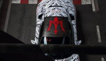為紀念傳奇車手逝世,Maserati MC20原型車披上特殊塗裝以表敬意