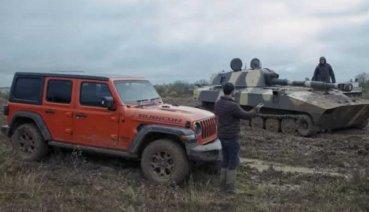 看膩了一般越野比賽,那就看看Jeep Wrangler與裝甲坦克廝殺吧(影片)