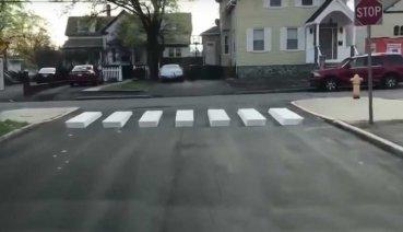 太聰明了!大家都沒想到,一位10歲女孩卻想到能讓車輛在路口減速的方法